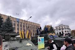 В Бахмуте в День Защитника Украины устроили показ военной техники
