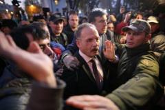 """Появились фото и видео, как протестующие под Радой чуть не """"линчевали"""" нардепа Барну. ВИДЕО"""