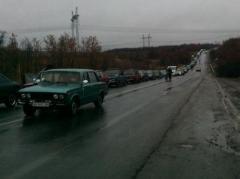 Донбасские КПВВ штурмуют тысячи человек и машин