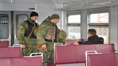 Полицейские проверяют пассажиров электричек и поездов в Донецкой области