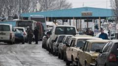 Як Луганськ пережив ніч: пункти пропуску в Росію працюють безперервно
