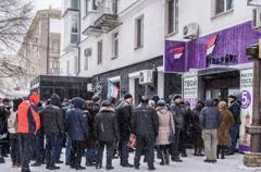 Кризис с мобильной связью в Донецке: люди стоят в очереди за SIM-картами «Феникса»