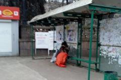 """""""Зато"""" освобожденные от хун***ы"""": снимок с замерзающей на остановке пенсионеркой из оккупированного Луганска поразил соцсети"""