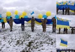 Над ОРЛО подняли огромный флаг Украины