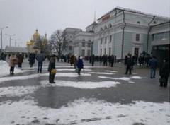 В Донецке на железнодорожном вокзале каждый вечер собираются сотни людей