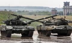 Российские армейцы перекрыли дорогу, людей не выпускают из поселков: что происходит