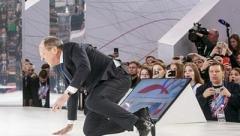 """Лавров на сцене экономического форума """"показал"""", как Россия встает с колен (ВИДЕО)"""
