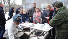 В ОРЛО десятки жителей отравились «угощением» из «полевой кухни»