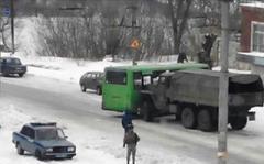 В Алчевске грузовик с боевиками протаранил пассажирский автобус