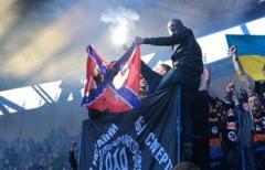 "Фанаты ""Шахтера"" сожгли флаг ""Новороссии"": опубликовано видео"