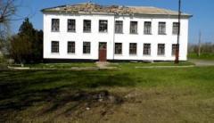 В оккупированной Саханке обстреляли школу, повреждена школьная столовая