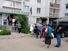 В дождь, снег, жару – на улице люди-ждуны: В «ЛНР» показали очередь в «госбанк»