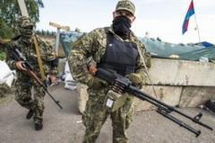 Вооруженные боевики «ЛНР» перед взорванным мостом устраивают позицию