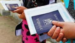 Подростки-переселенцы из Донбасса получают украинский паспорт с «сюрпризом»