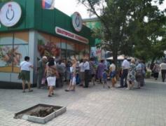 Маленький отжатый магазинчик: В Донецке очереди за дешевой курятиной