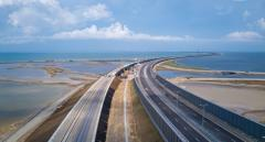 На Крымском мосту начали укладывать железнодорожные рейсы
