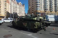 Танк попал в ДТП в центре Киева. ВИДЕО