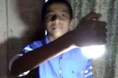 В Индии мальчик научился зажигать лампочки прикосновением