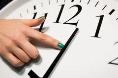 Стало известно, когда в Украине переведут часы на зимнее время
