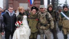 """Фейковый брак под """"флагами"""" боевиков: стало известно, сколько стоит сыграть свадьбу в Донецке и Луганске. ВИДЕО"""