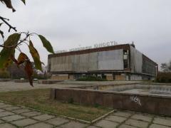 Здание-призрак, обтянутое тканью: в Сети показали, во что оккупанты превратили культовый дворец в Донецке