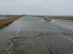 """На Азове бушует стихия: ледяная вода затопила дороги, мощный ветер """"рвет"""" крыши домов"""