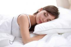 Названа поза для сна, помогающая избавиться от храпа