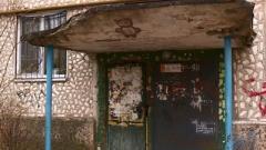В Донецке ребенка чуть не убил обвалившийся козырек подъезда