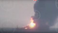 В Керченском проливе горят два корабля: люди прыгают за борт, спасаясь от огня