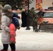 Женщины с детьми разбегались от боевиков «ДНР» и «казаков» в Харцызске. ВИДЕО