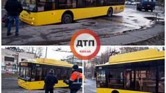 В Киеве под автобусом провалился асфальт