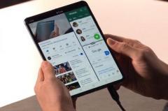 Samsung представила свой первый гибкий смартфон (ВИДЕО)