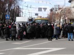 В Мариуполе протестующие перекрыли дорогу