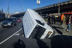 В Киеве «утонул» в яме микроавтобус Volkswagen