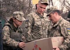 Украинские военные на Донбассе раздают жителям еду, одежду и игрушки