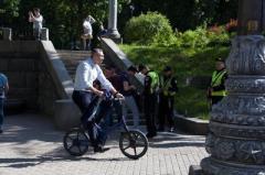 Кличко приехал на инаугурацию Зеленского на велосипеде