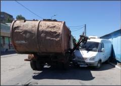 В Донецке кран мусоровоза упал на «Газель»