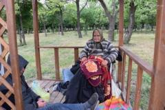 В Мариуполе 83-летняя женщина без ступни живет в беседке в Приморском парке. ВИДЕО