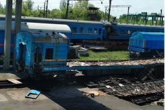 На станциях в Горловке пилят на металл железнодорожные вагоны
