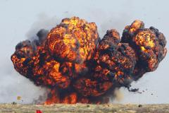 Взрывы гремят на путинских складах боеприпасов, люди бегут из города: видео катастрофы