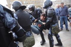 В Москве митингующие спасаются бегством от полицейских Путина: силовики устроили террор