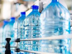 Врачи рассказали, кому не стоит пить бутилированную воду