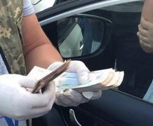 """В Луганской области пограничник требовал от предпринимателя 70 000 гривен """"отката"""""""
