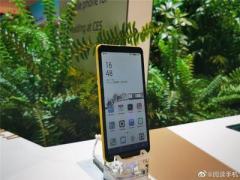 Представлен первый в мире смартфон с цветным экраном на электронных чернилах