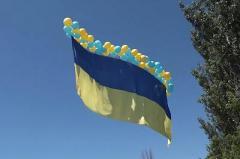 Волонтеры и военнослужащие запустили в небо над Донецком 15-метровый флаг Украины (ВИДЕО)