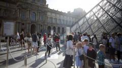 Лувр возобновляет работу после карантина