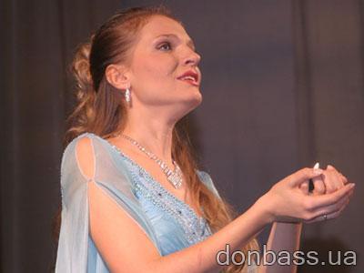 Солистка филармонии Анна Братусь вдохновенно исполняет «Ave Maria» Сен-Санса.