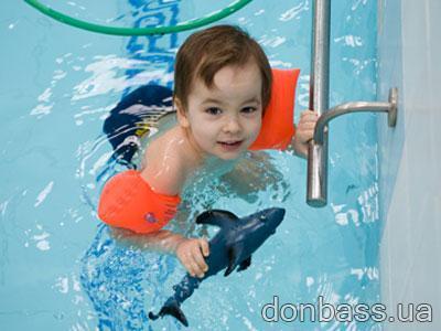Четырехлетнему «дельфиненку» Мише во «взрослом» бассейне без нарукавников плавать не позволили. Но он все равно в восторге!
