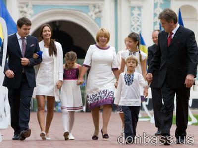 Виктор Ющенко с неполным составом детей (нет Виталины) на торжествах в честь Дня независимости Украины в августе этого года.