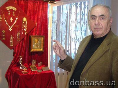 Евгений Денисенко у стенда с драгоценностями,  которые с сегодняшнего дня может увидеть каждый посетитель музея.